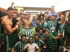 Fotbalisté Hostouně se radují po utkání v Libiši.