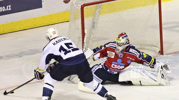 Tomáš Kaberle v jedné z největších šancí druhé třetiny neuspěl a Kladno prohrálo s Pardubicemi 1:4.