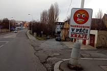Silnice generála Klapálka v Kladně je osazená cedulemi od počátku týdne.