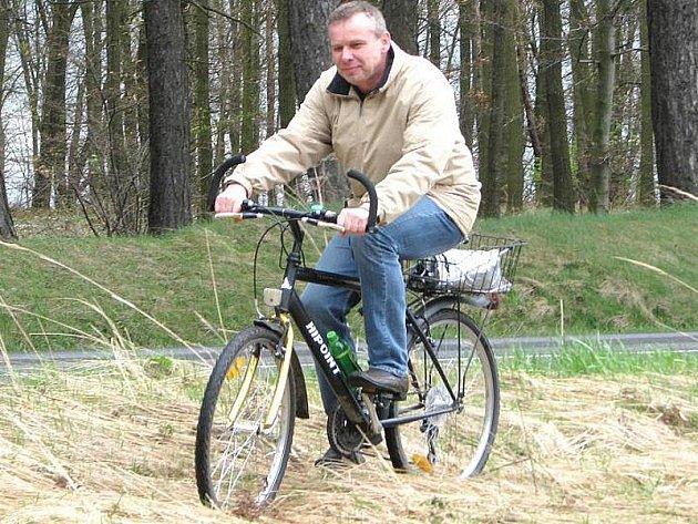 Náměstek primátora Miroslav Bernášek se projel v místech, kde nová cyklostezka povede.
