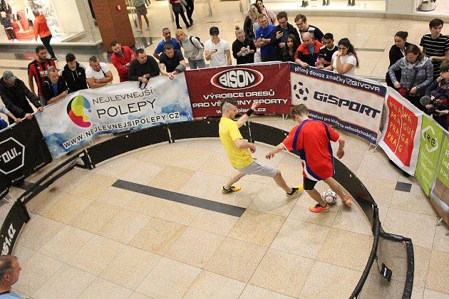 Mistrovství republiky ve fotbale 1vs1 v pražském nákupním centru Harfa.
