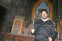 Ondřej Votoček před oltářem vytvořeným v Hornickém skanzenu Mayrau.