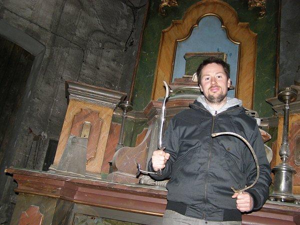 Ondřej Votoček před oltářem vytvořeným vHornickém skanzenu Mayrau.