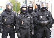 Některé demonstranty museli policisté zpracovat.