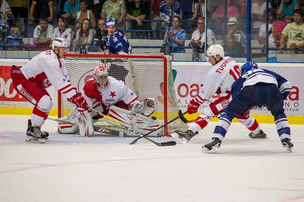 Kladno - Slavia, 4. kolo WSM ligy, brankář Hylák má puk na betonu, vzápětí mu ho Jánský pošle do sítě.