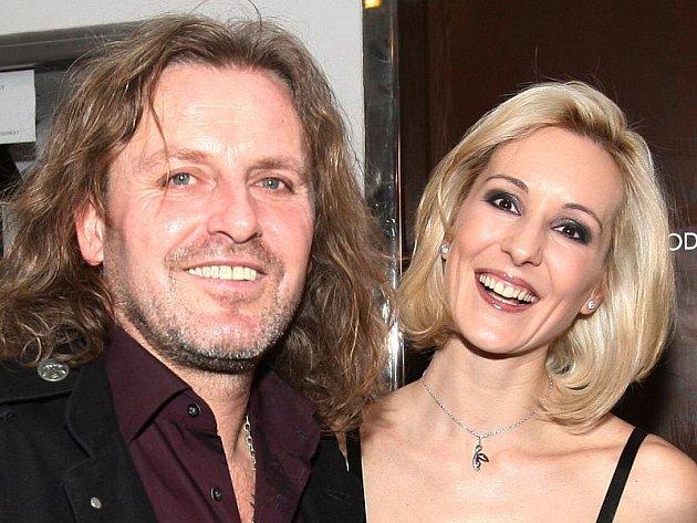 Rocker Josef Vojtek s manželkou Jovankou Vojtkovou se i s dalšími kolegy z muzikálů a televizních obrazovek zúčastní kladenského koncertu Na podporu ženskosti.