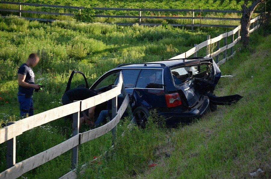 Nehoda tří osobních aut u Smečna skončila zraněním dvou osob.