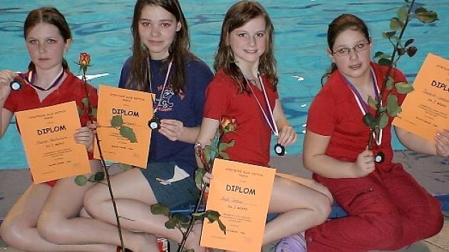 Medailové družstvo akvabel Medúzy Kladno. Zleva jsou Monika Neufussová, Iva Zderadičková, Adéla Terčová a Barbora Svobodová.