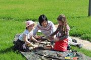Sousedský piknik přilákal desítky lidí, k ochutnání byla na náměstí Jana Masaryka spousta dobrot.