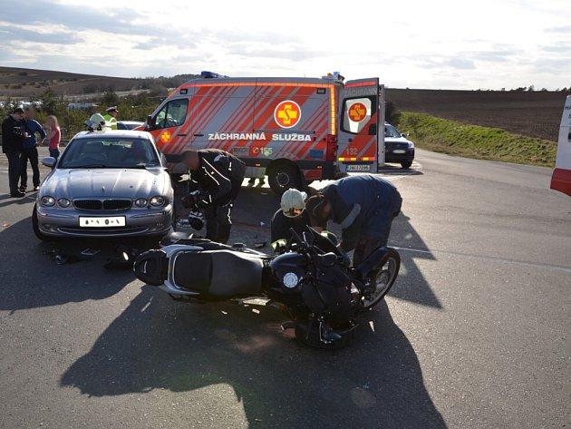 Nehoda se stala na sjezdu z rychlostní silnice R7 u obcí Knovíz a Jemníky.