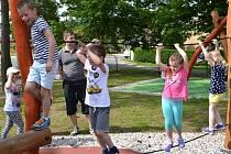 NOVÉ DĚTSKÉ HŘIŠTĚ u Mateřské školy v Tuchlovicích předškoláčci ihned po jeho otevření vyzkoušeli.
