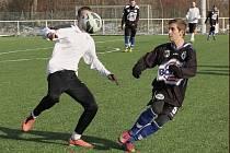 Hráči SK Kladno (v tmavém) zremizovali na Meteoru ztracený duel s Horními Měcholupy.