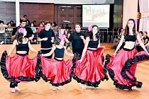 Tanečnice z DD Dlažkovice na sále Městského centra Grand ve Slaném