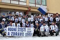 Fanklub Kladna opět odjel do Lítvínova v početném složení a ještě předtím, než jeho členové nasedli do autobusu, ukázali svoje přání jubilantovi Jaromíru Jágrovi.