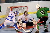 Kladno (v bílém) porazilo v prvním dueluo extraligy inline hokeje Boskovice 8:3. Tady zasahuje domácí brankář Černý.