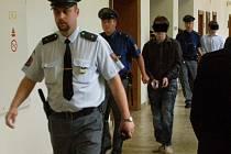 Tři ze čtyř mladíků doprovázela k líčení do soudní síně eskorta rovnou z ruzyňské vazební věznice.  Zbývající výtečník byl vyšetřován na svobodě.
