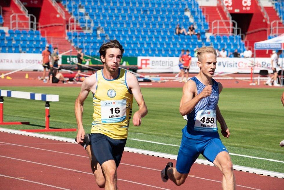 Daniel Lehar (vlevo) bojuje o vítězství v cílové rovince