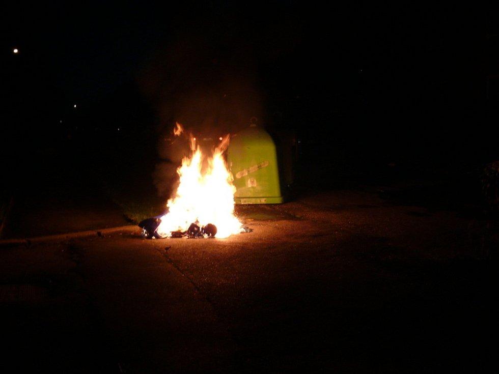 Požár plastového kontejneru v Rozdělově.