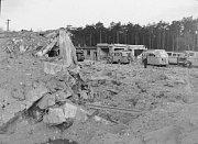 Poškozené vozy v areálu dnešního ČSAD.