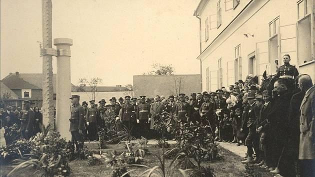 Odhalení pomníku padlým v první světové válce přihlíželo kolem 4 tisíc lidí.