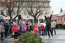 Nedělní soutěž v hodu stromkem sledovaly na novostrašeckém náměstí desítky lidí.