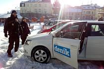 Strážníci pomáhali se zapadlým vozidlem.
