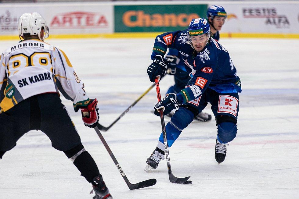 Po dlouhé koronapauze se hokejisté Kladna (v modrém) představili doma proti poslední Kadani a jasně vyhráli. Adam Kubík. Foto: Roman Mareš