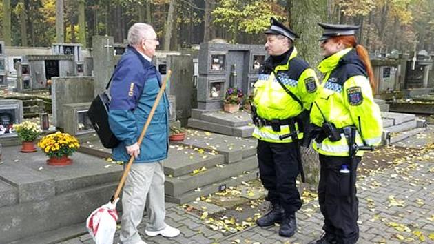 KLADENŠTÍ STRÁŽNÍCI budou kontrolovat nejen hřbitovy a jejich okolí, ale i vozidla, kterými návštěvníci na místo přijedou.