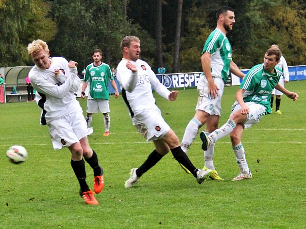 Lhota (v bílém) doma podlehla v derby Hostouni 2:4. Pálí Hanuščík, ránu kryje Petr Mikolanda (druhý zleva v bílém).
