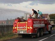 Lánští hasiči při nedělním zavlažování fotbalového hřiště