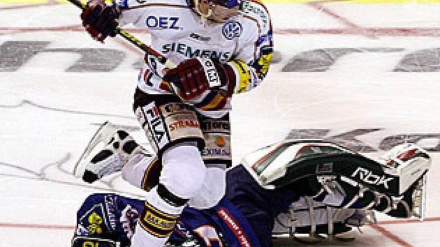 Hrdinou nájezdů se Spartou byl brankář Miroslav Kopřiva. V klíčovém okamžiku utkání vyzrál na Petra Tona.