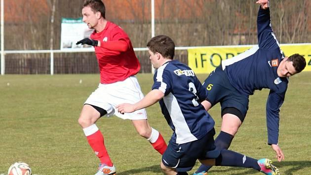 Tuchlovice doma podlehly na penalty Rakovníku, vlevo je domácí Hafenrichter, zcela vpravo Červený.
