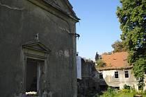 Kolečský zámek a jeho okolí už roky chátrají. O jeho obnovu se od roku 2008 snaží Nadační fond Koleč.