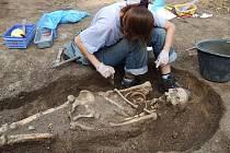Celkem šest hrobů s pěti zachovalými kostrami objevili v uplynulém týdnu odborníci z České společnosti archeologické poblíž zámecké kaple v Kolči na Slánsku.