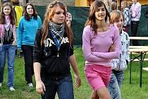 Žáci Základní školy ve Velvarské ulici v Kladně mají oproti jiným školákům výhodu, za hezkého počasí se mohou učit ve třídě pod širým nebem.