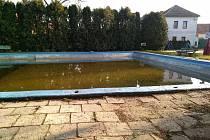 Návesní vodní nádrž v Loucké slouží jako koupaliště.