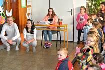BUDOUCÍ PRVŇÁČKY vítali v 8. základní škole ve Vodárenské ulici králíci z klobouku Bob a Bobek.