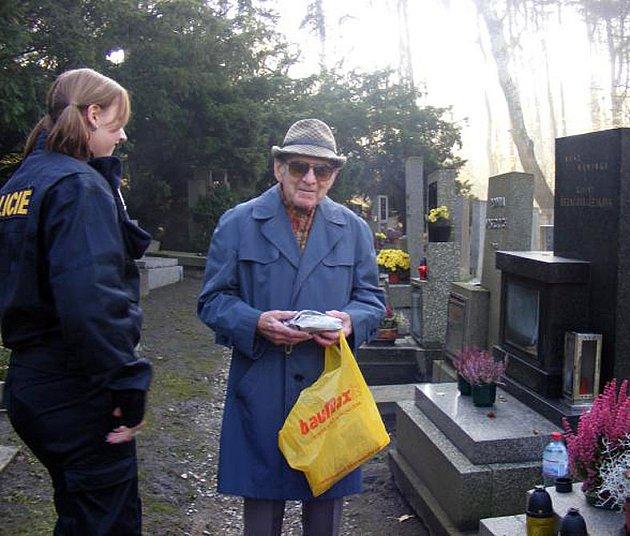 Policisté při kontrolách hřbitovů kontaktovali návštěvníky pietních míst a dali jim cenné rady jak postupovat, když z pomníků zloděj odcizí nějaký předmět.
