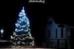 Vánoční strom v obci Jemníky.