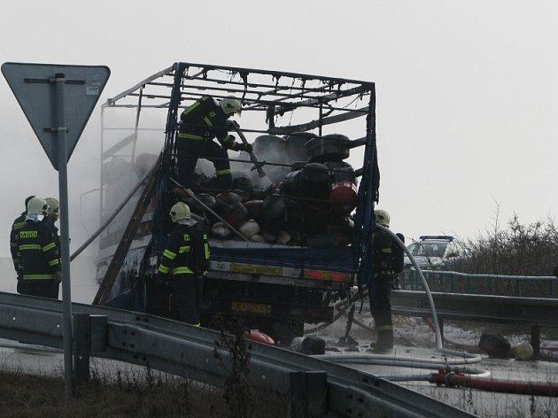 Požár automobilu komplikoval ve čtvrtek dopoledne dopravu mezi Unhoští a Malým Přítočnem.