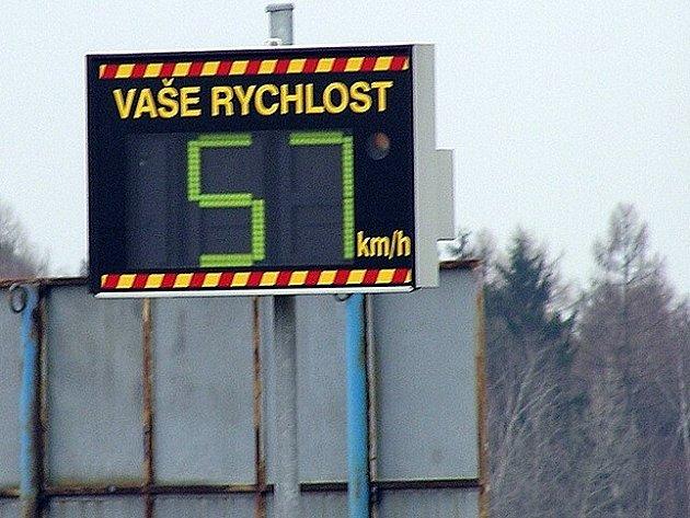 Předepsanou rychlost řidiči v místech, kde jsou radary většinou překračují jen o kilometry za hodinu. Některým jedincům však ani v těchto místech stovka nedělá problém.