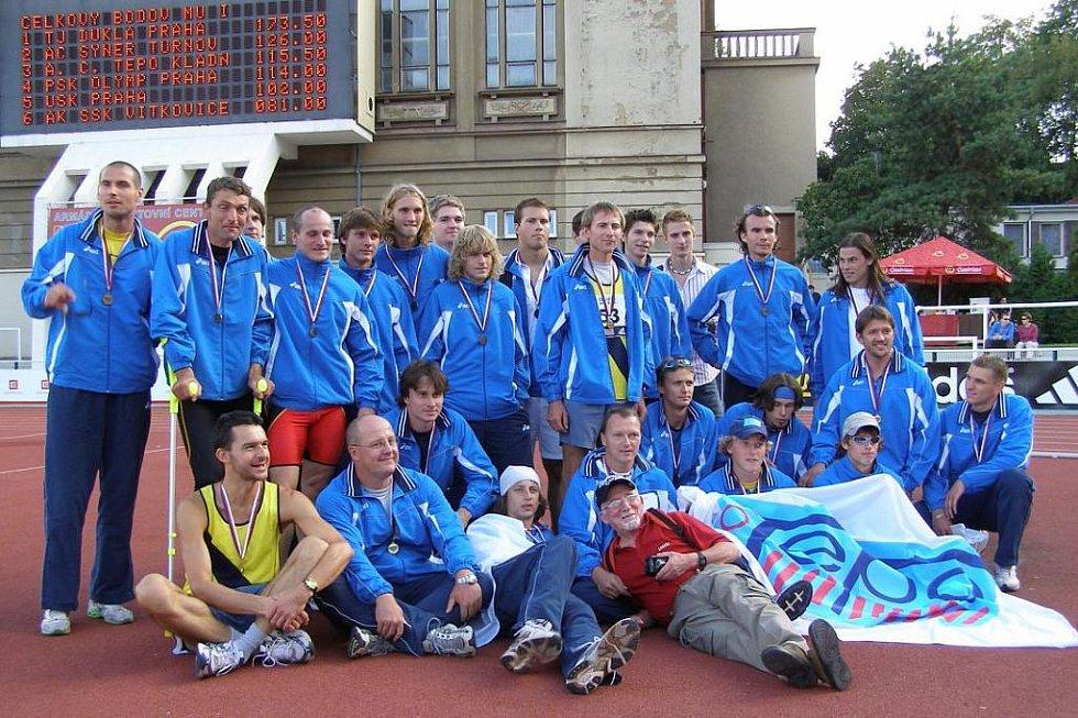 Jan Mazanec (dole s šátkem po třetím místu v extralize)