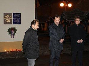 Vzpomínková akce u pamětní desky obětem komunistického režimu ve Slaném