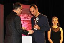 Triatlonista Tomáš Řenč je podruhé za sebou nejúspěšnějším sportovcem Slaného. Ocenění převzal z rukou starosty Slaného Martina Hrabánka.
