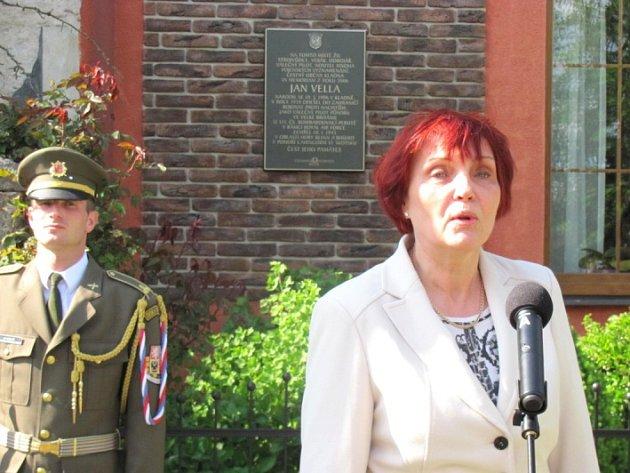 JAN VELLA odešel zdomu vBřezinově ulici na Výhybce bojovat proti okupantům. Zahynul tragicky vroce 1945.Aktu odhalení pamětní desky se zúčastnila ijeho vnučka Alice Kopřivová.