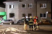 Výbuch v bytovém domě v Buštěhradu rozmetal střepy a rámy do okolí. Zraněni byli dva lidé. Ostatní byli v šoku.