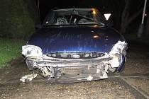 ALKOHOLEM POSILNĚNÝ ŘIDIČ ujel z místa nehody, najel na obrubník a následně narazil do svislé dopravní značky.