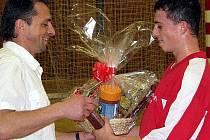 Otec Josef Fujdiar předává cenu synovi, lídru druhého Knema.
