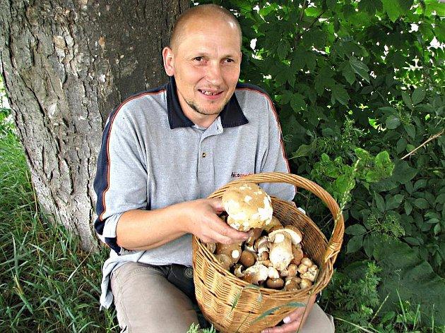 Košík pravých hřibů nasbíral včera ráno Jan Hájek v okolí Bilichova.