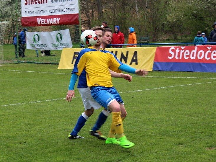 Vesnický fotbal v přímém TV přenosu! Doksy přivítaly Unhošť. Roman Neuberger (ve žlutém) zápas rozhodl